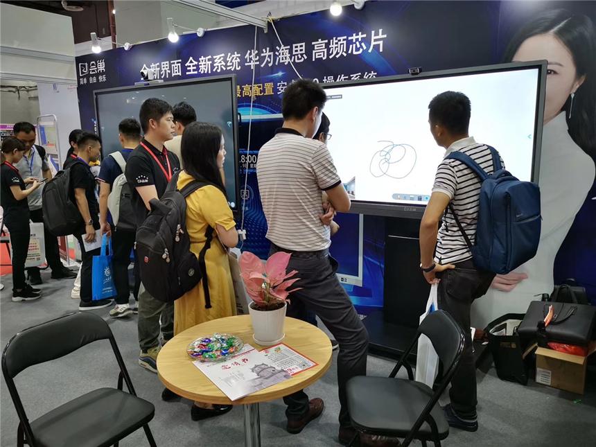 华南国际大办公展 会巢新品会议平板现场